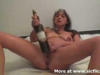 Brutal puño y vino bottles hacer su squirting