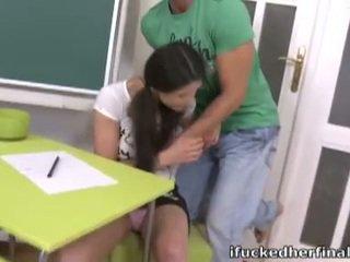 Bruneta adolescenta irene inpulit greu în timp ce reviewing