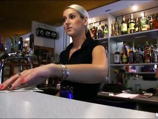 Doux bartender lenka baisée pendant travail
