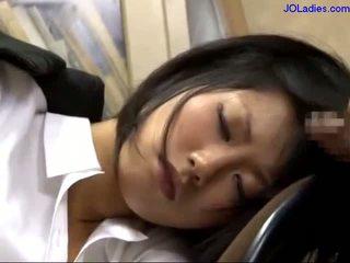 Iroda hölgy alvás tovább a szék getting neki száj szar licking guy fasz -ban a iroda