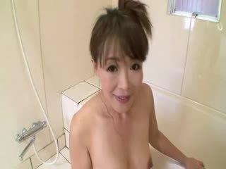 Asiatisk eldre i dusj sucks på kuk før stimulating seg selv