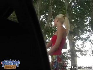 Blondýna amatérske shows ju nahé telo pre hotovosť video