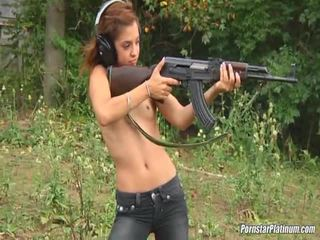 Shooting guns קרוב על ידי כמה avid fool