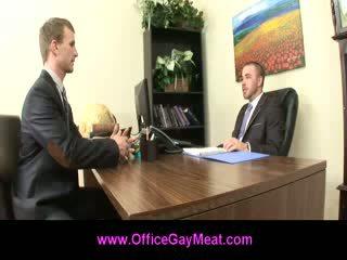 Bög employee seduces hans basar till hålla hans jobb