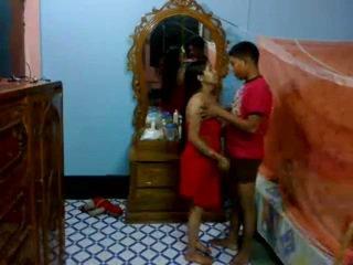 Honeymoon indisk pair i deras sovrum