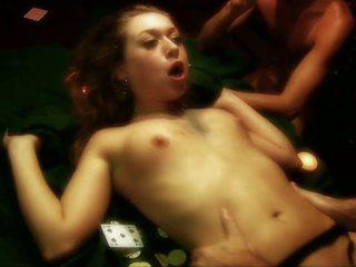 Likainen whore gets gangbanged päällä a pokeri pöytä mukaan kolme