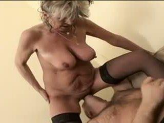 Καυτά γιαγιά alena sits επί πρόσωπο και takes ένα μεγάλος ένας