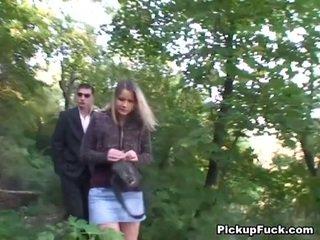 Čeština blondýnka sucks two cocks v the park