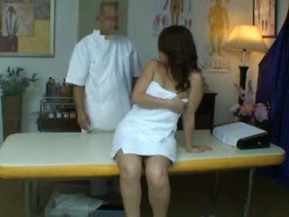 หนุ่ม เมีย reluctant ออกัสซั่ม ในระหว่าง สุขภาพ การนวด