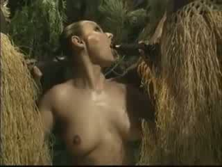 Afrikansk brutally körd amerikansk kvinna i djungel video-