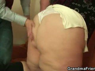 おばあちゃん friends: 脂肪 雌犬 frilled バイ a 若い guy