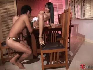 Asiatico sgualdrina con grande tette sucks e fucks