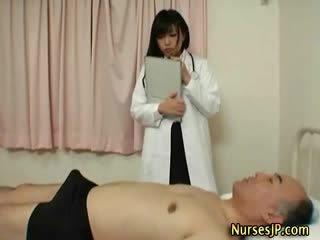 Napalone japońskie pielęgniarka gives ręka praca