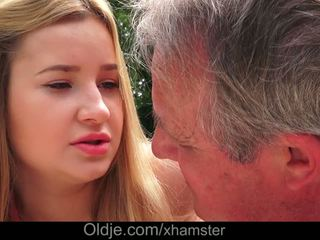 Cherry clair delicious lips lets grand-père foutre en son cul