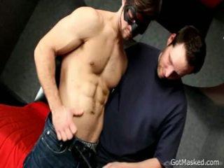 Fellow drops hans sæd løpet selv 1 av gotmasked