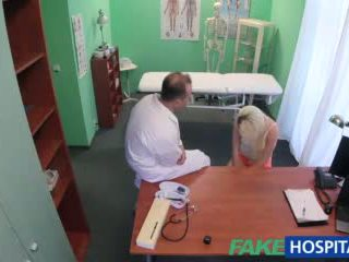 Fakehospital docteur helps blonde obtenir une humide chatte