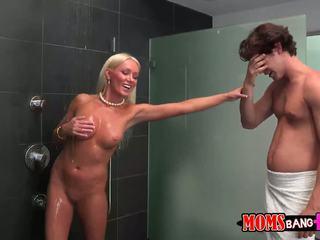 Guy finds övé gfs mostohaanya -ban a zuhany