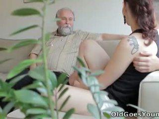 Ilona e dela homem are sharing um bom tempo quando ele invites sua mais velho amigo sobre