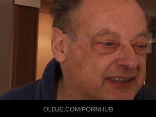 Starý ošklivý člověk souložit two ohromující mladý holky