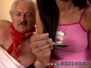 Молодий дівчина і дуже старий людина дівчина male fortunately там є a