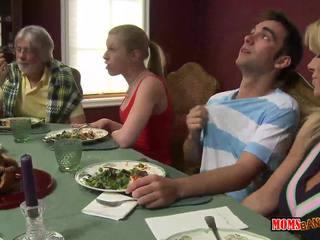 Nevlastná mana jacks preč chlapec pod the stôl