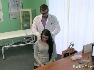 Doktor fucks vroče rjavolaska bolnik na njegov miza