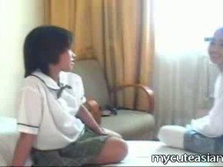Two nastolatka lesbijskie azjatyckie dziewczyny pieprzenie około