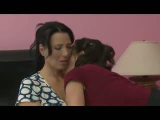 Mamuśka seduces jej przyjaciel na niesamowite lesbijskie seks