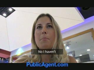 A seks agent jest szczęśliwy do pieprzyć a blondynka laska w samochód