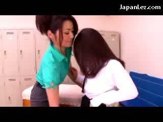 Chick getting haar memmen en kut rubbed door haar leraar in de drilldo