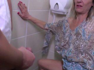 Pissar och grov fan med äldre mor: fria högupplöst porr e4