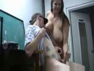 Belle mère secousse fils bite