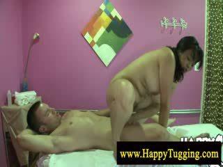 Grande bela mulher asiática massagem a esfregar