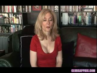Nina hartley in sinn sage doseže njihovo goals in celebrate s a malo seks