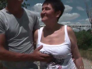 Pieptoasa bunica futand ei tineri boyfriend afara